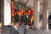 1 Bligh Street, Freitreppe mit Sitzstufen und Skulptur »Day In, Day Out« des australischen Künstlers James Angus, Foto: © H. G. Esch