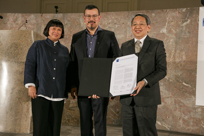 Award-giving ceremony Sepecial Recognition to the Housing & Development Board, Singapore. L. to r. Laudation by Brigitte Shim (Architect), Peter Cachola Schmal (Director Deutsches Architekturmuseum) und Special Recognition Awardee Chun Wah Fong (Housing & Development Board), photo: Fritz Philipp